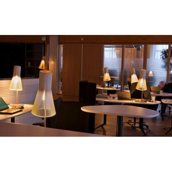 lampe de bureau cologique en bois et pied en m tal design contemporain. Black Bedroom Furniture Sets. Home Design Ideas