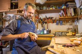 Artisan nordique dans son atelier